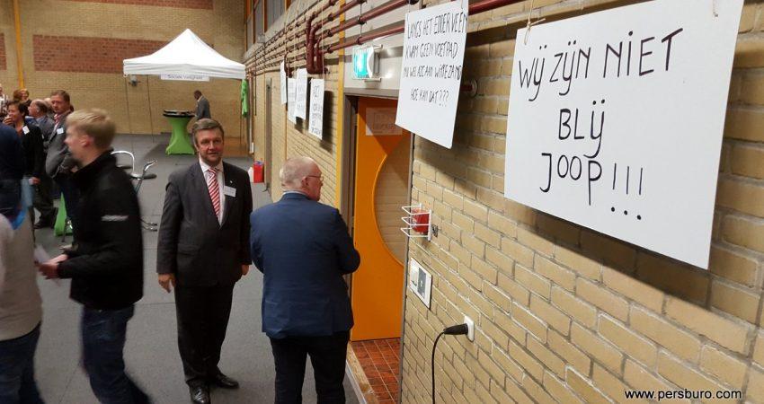 Burgemeester Bert Bouwmeester en wethouder Joop Brink bij de ingang.