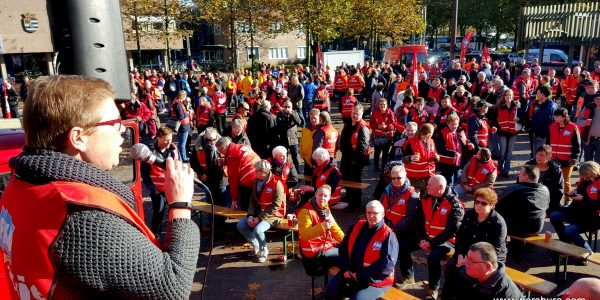 Gea Lotterman van vakbond FNV spreekt de stakers toe.