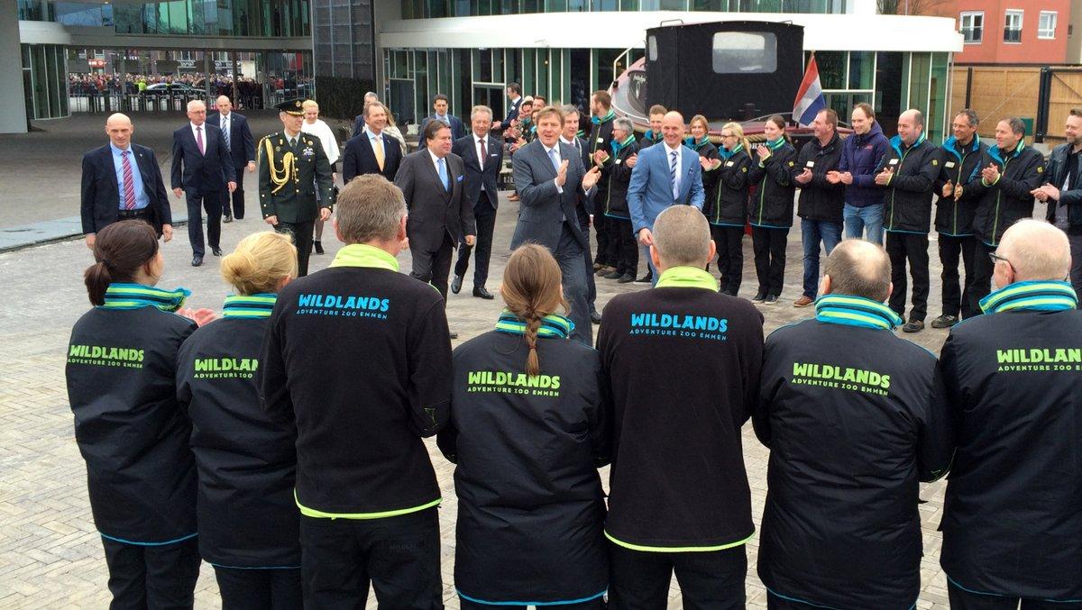 De koning applaudiseert voor de medewerkers van Wildlands. foto: Steven Stegen