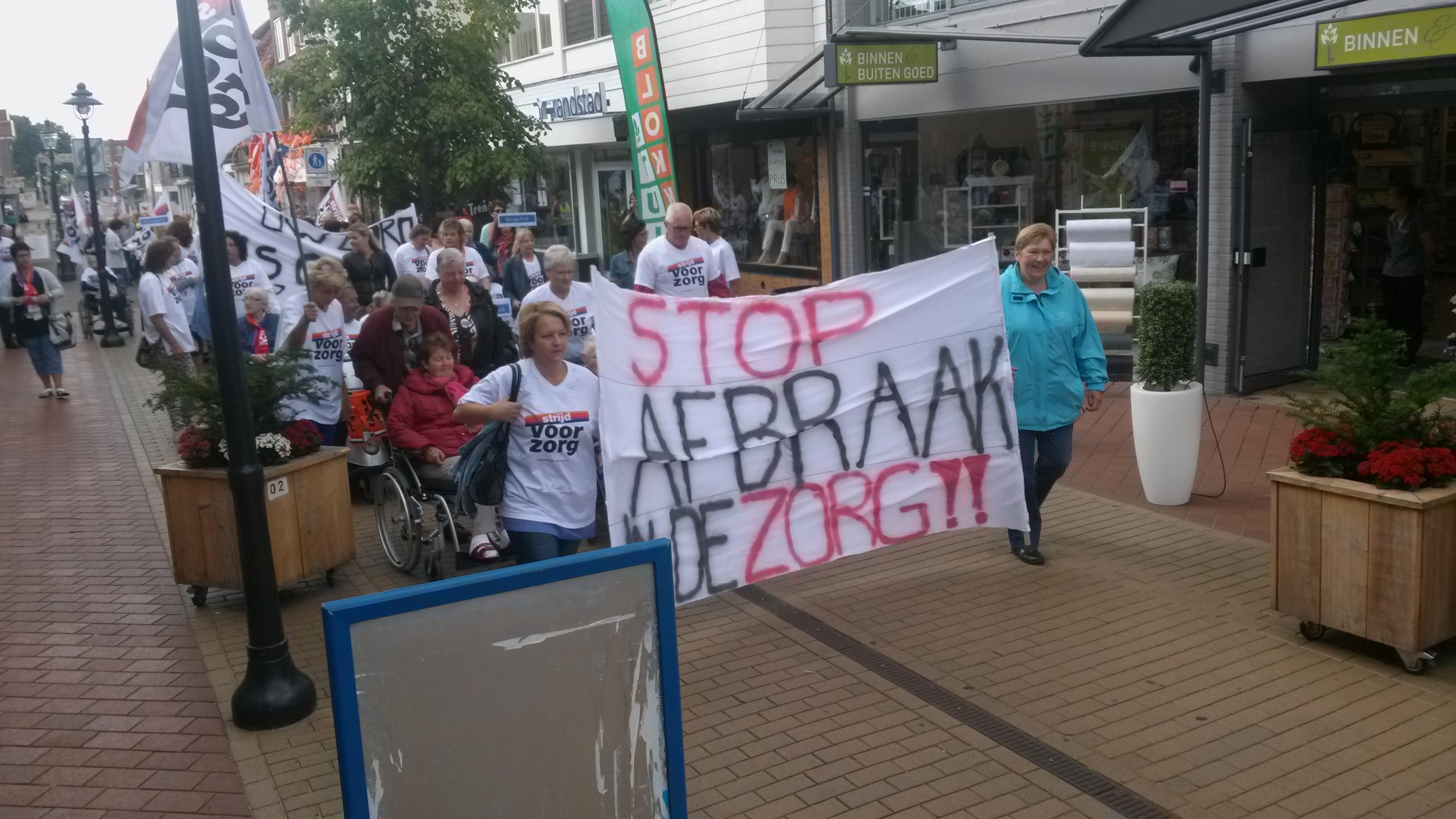 De actievoerders trekken door Coevorden. ©Steven Stegen