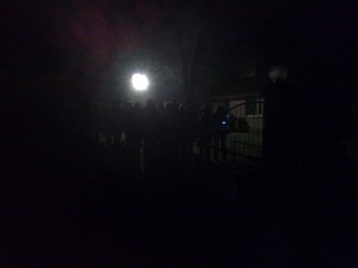 Het gezelschap in het donker bij de woning van Marinus Ooms.