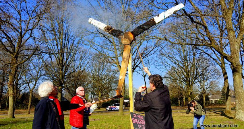 De actievoerders steken de 'windmolen' in brand.